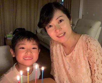 加藤鮎子議員と子供の画像