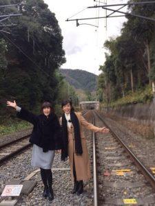松本伊代と早見優の線路写真